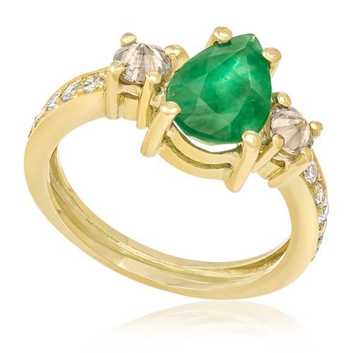 Anel com Esmeralda Gota de 1,1 Cts e Diamantes totalizando 30 Pts, em Ouro Amarelo