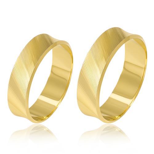 Par de Alianças Côncavas com listras diagonais trabalhadas em Ouro Amarelo