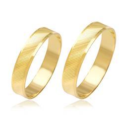 Par de Alianças trabalhadas com listras diagonais em efeito Diamantado, em Ouro Amarelo