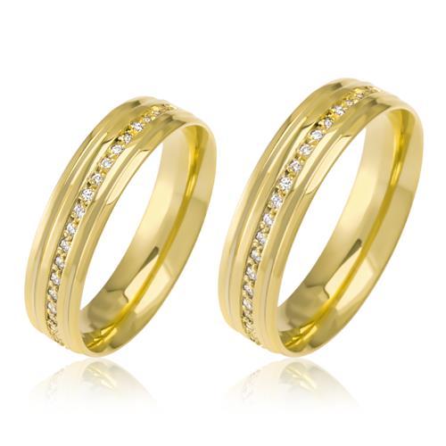Par de Alianças Anatômicas trabalhadas com Diamantes, em Ouro Amarelo