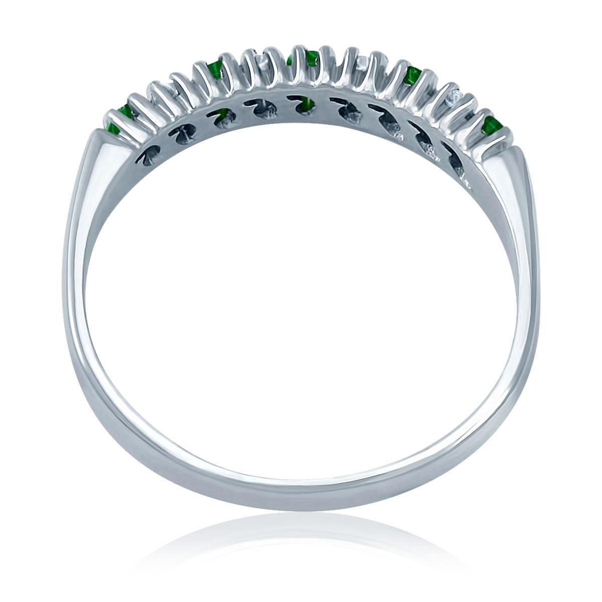 36f07a744a05f Meia Aliança de Diamantes com Esmeraldas em Ouro Branco