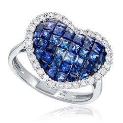 Anel Coração com Diamantes totalizando 50 pts. e Safiras totalizando 3,80 Cts., em Ouro Branco